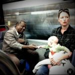 Regarder les gens dans le Métro.